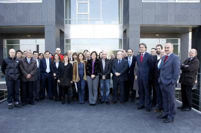 Imagen de las autoridades asistentes al acto junto a las empresas y emprendedores que ocuparán el Edificio 3000